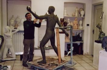 Il monumento viene modellato in studio