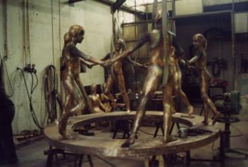 In fonderia vengono realizzate le fusioni in bronzo