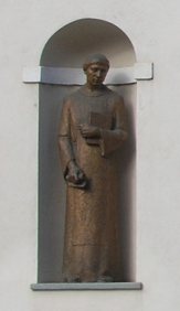 San Giusto e Sant Evasio nelle nicchie della facciata della chiesa